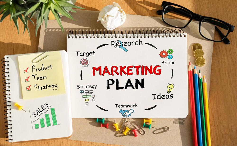 caderno de anotações sobre planejamento de marketing em mesa de escritório