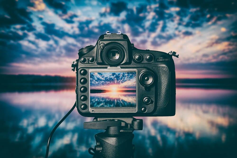 cãmera profissional apontada para paisagem