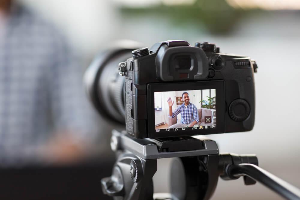 camera profissional centralizando criador de conteudo de video para blog