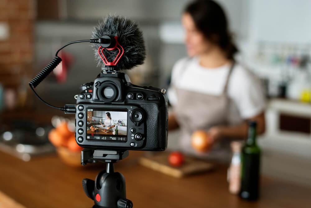 camera profissional centralizando digital influencer de culinaria exercendoseu papel