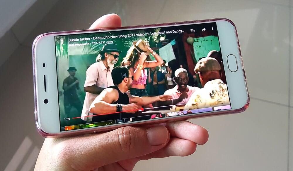 canal de música no youtube em smartphone
