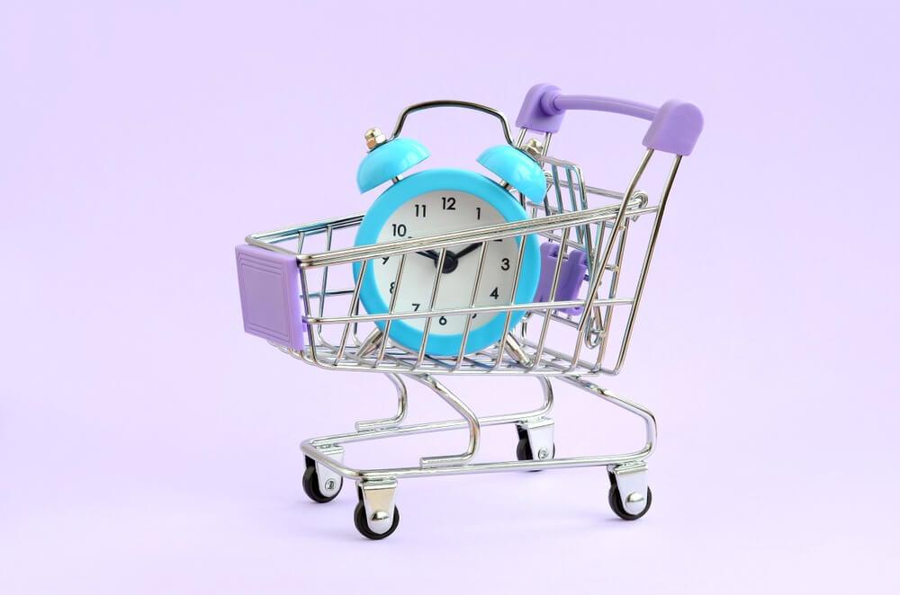 carrinho de compras e relógio