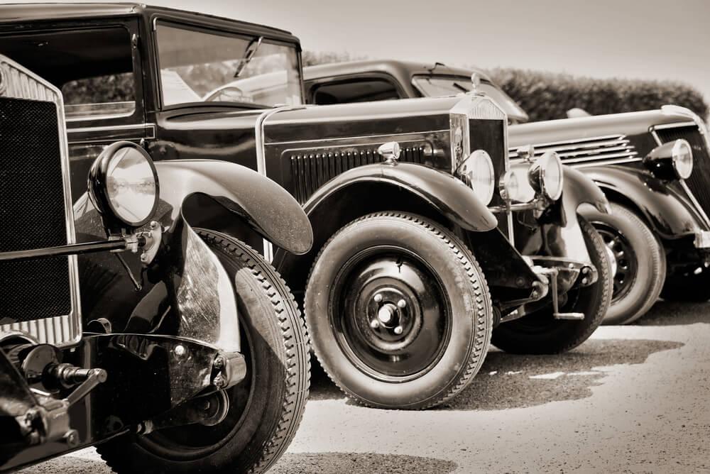 carros antigos representando os primórdios da era digital das primeiras revoluções industriais