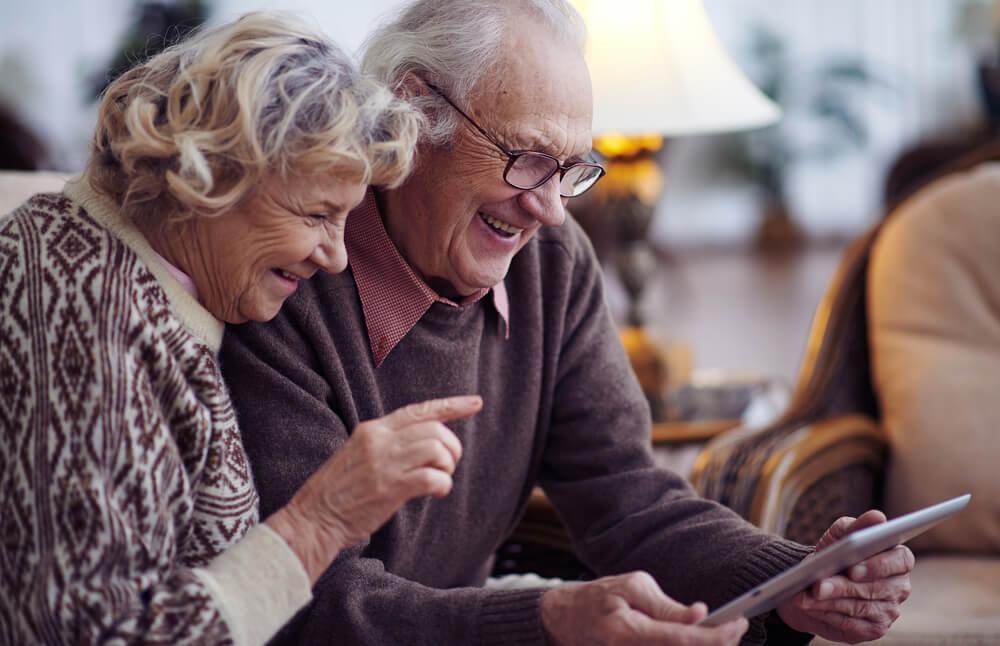 casal da terceira idade em contato com a era digital