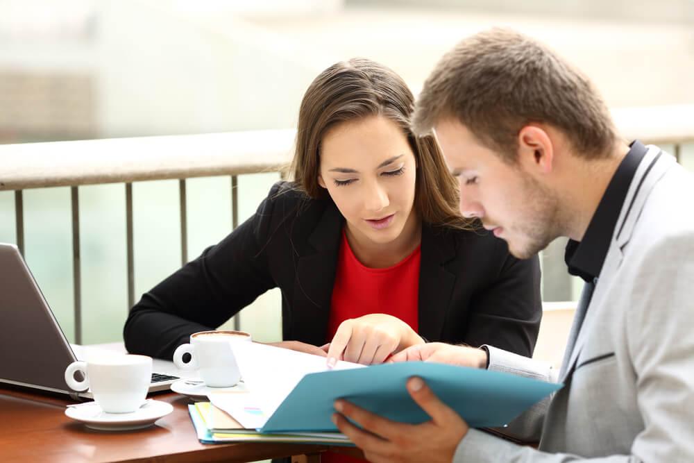 cliente e vendedor solucionando dúvidas no processo de SPIN Selling