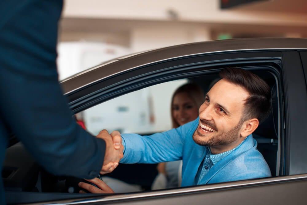 cliente sorridente após compra de automóvel