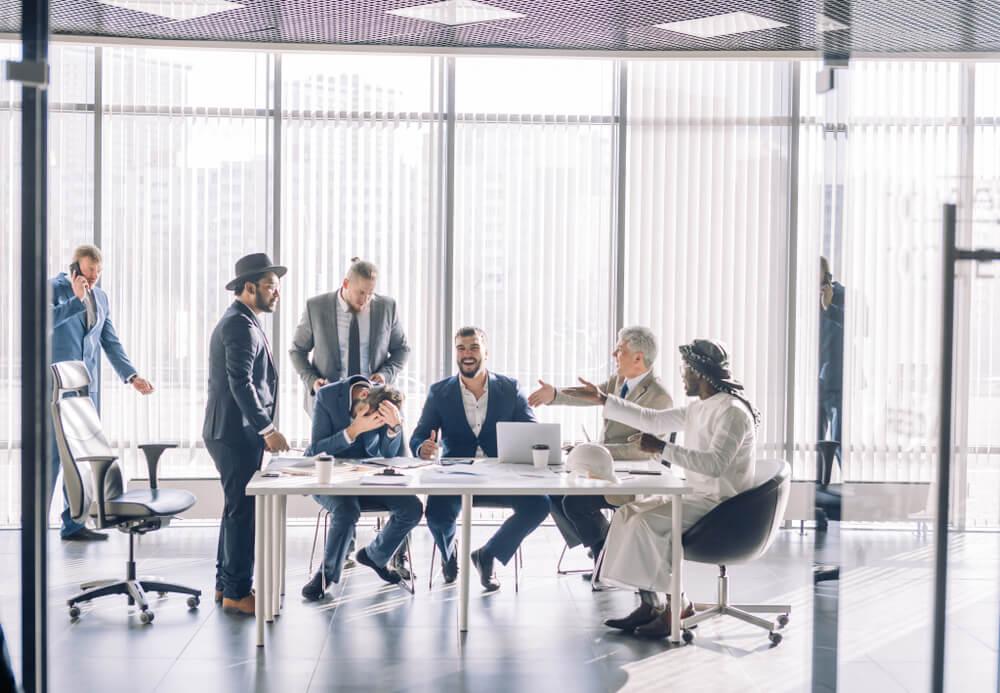 colaboradores engajados em sala de reuniões