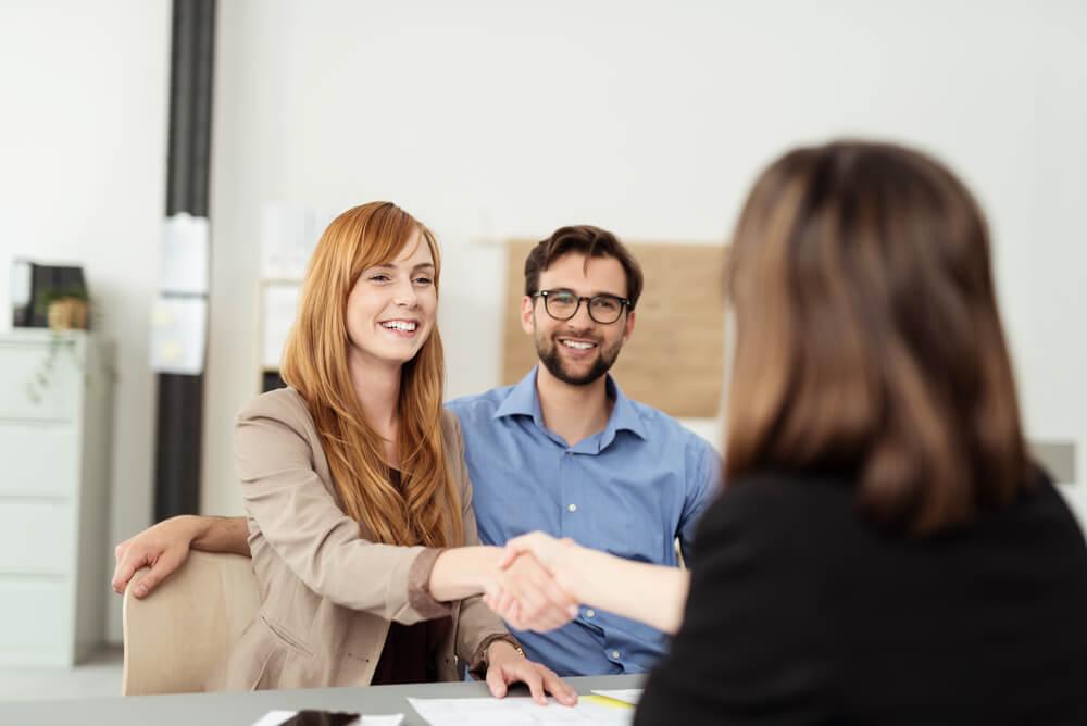 comunicaçao entre atendente e casal de clientes