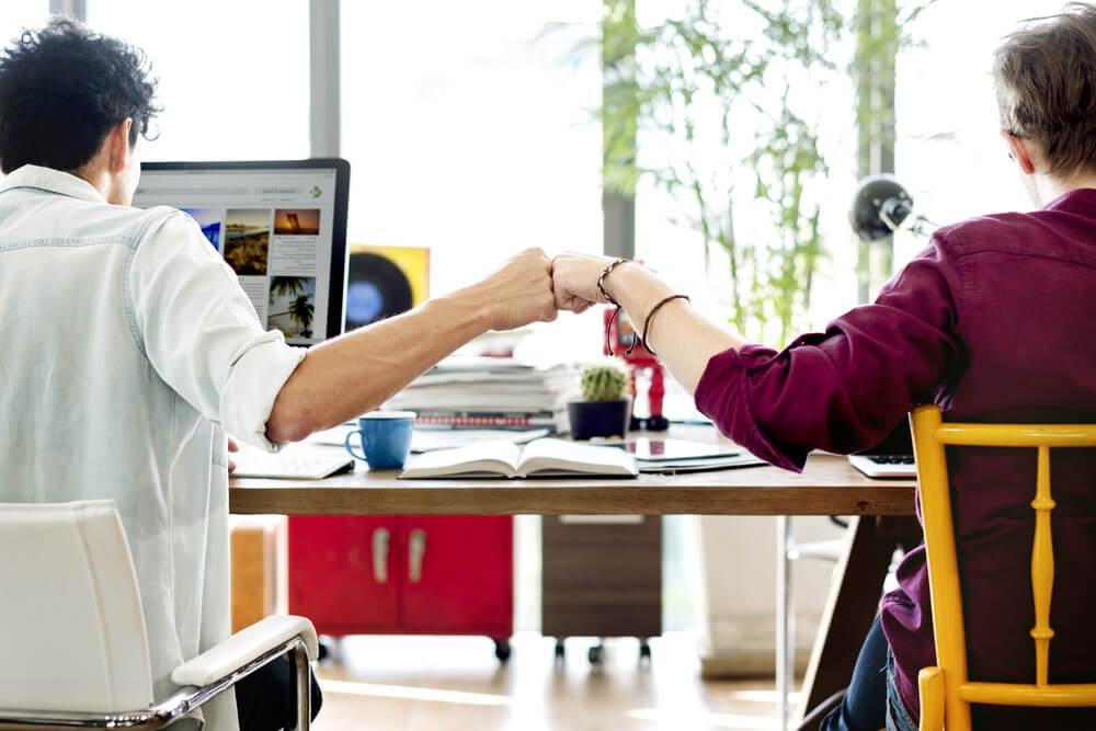cumprimento informal entre colegas de trabalho
