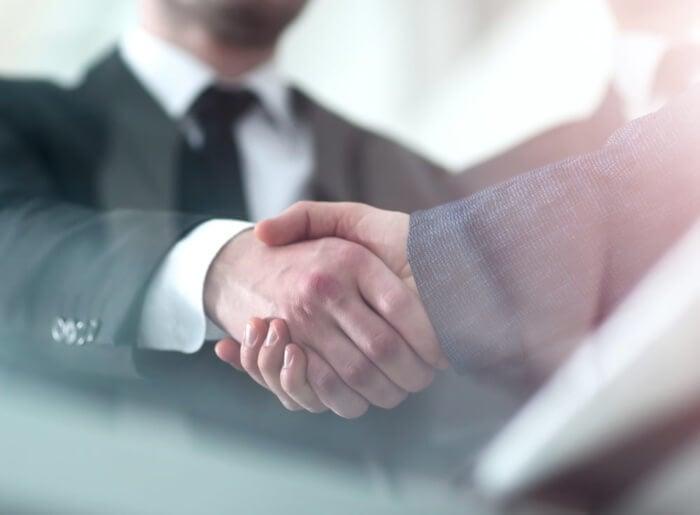 cumprimeto entre comprador e profissional de tecncias de vendas