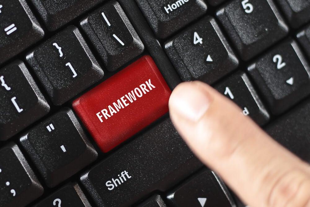 dedo indicando uma tecla framework no teclado