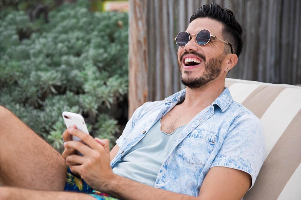 digital influencer alegre segurando um smartphone