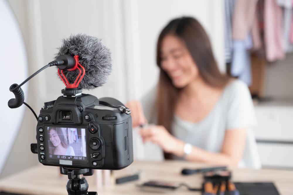 digital influencer em frente a camera criando conteudo de video
