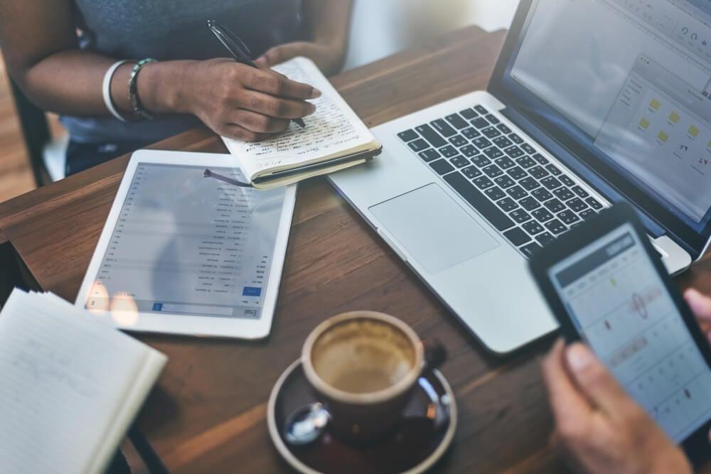 dispositivos em mesa de reunião informal de equipe