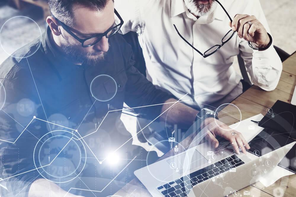 dupla de colegas de trabalho acessando laptop