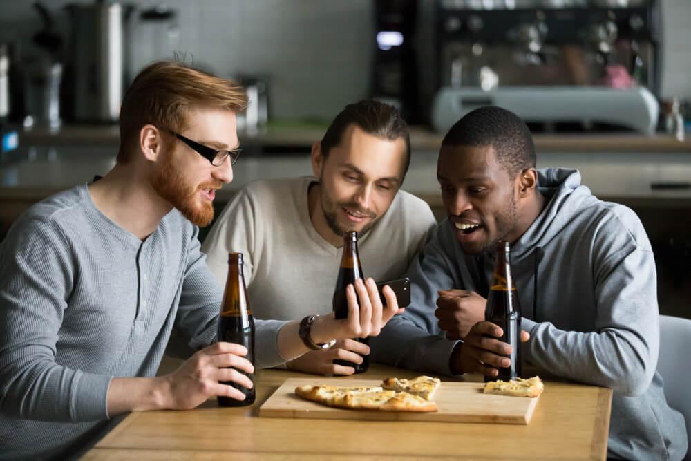 engajamento de trio de amigos vendo vídeo no smartphone