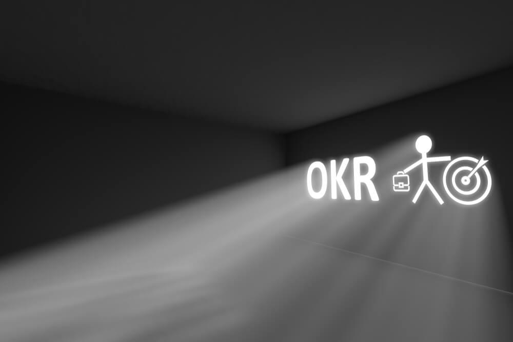 entrada de luz em parede com a sigla OKR