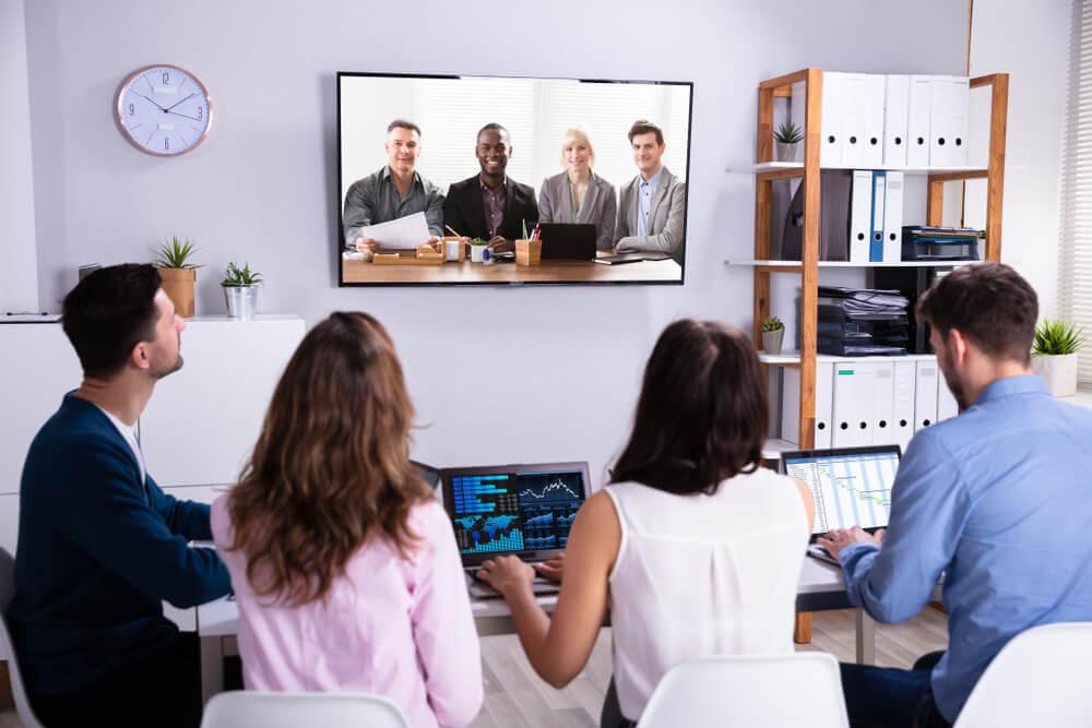 equipe acompanhando vídeo institucional em tv