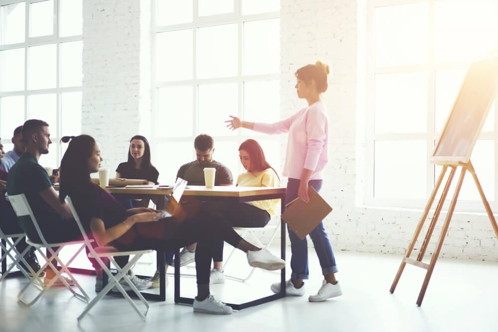 equipe criativa engajada em escritório informal