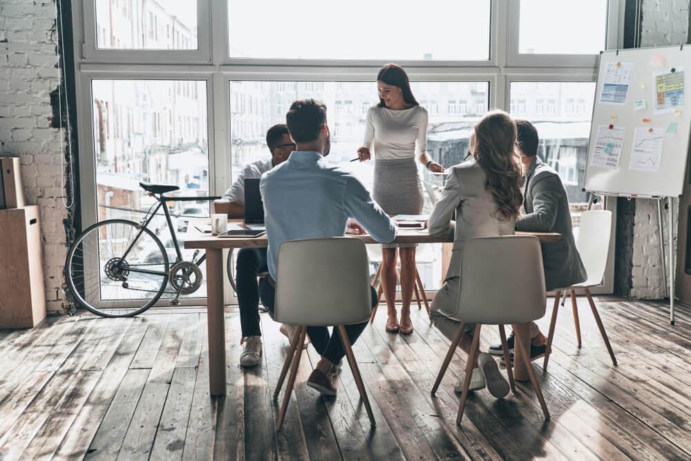 equipe de trabalho em sala de reuniões informal de marketing 4.0