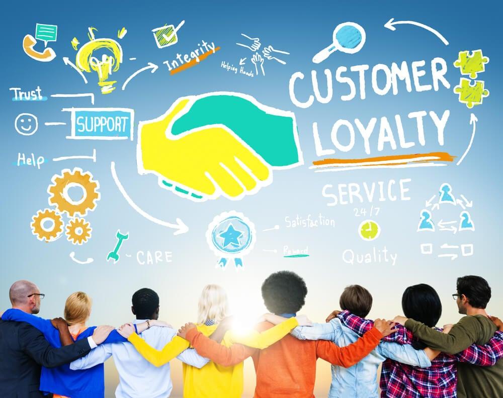 equipe em abraço e ilustração sobre fidelização de cliente