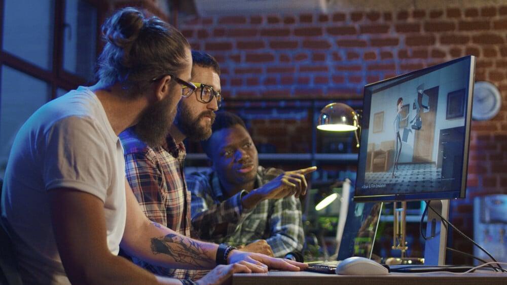 equipe em frente a tela de computador em processo de criação de motion graphics