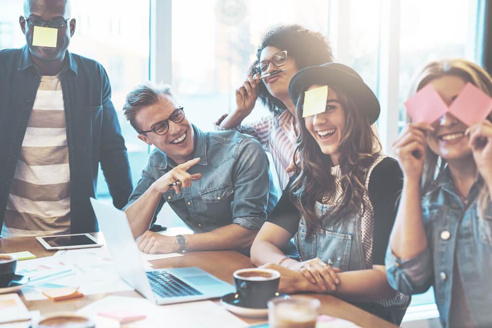 equipe engajada em escritório fazendo dinâmica