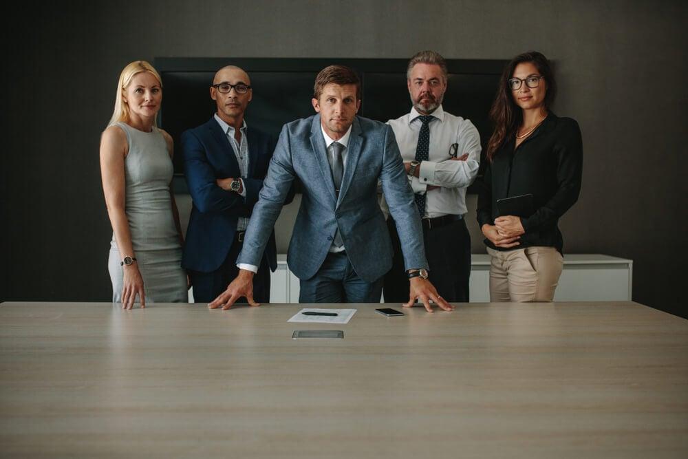 equipe executiva confiante em sala de reuniões
