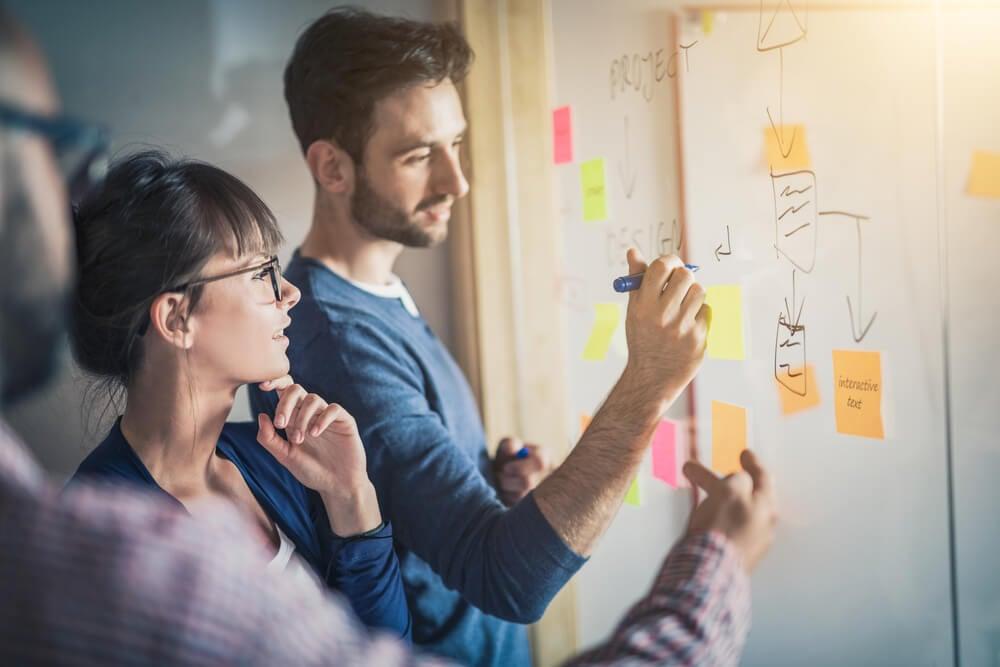 equipe reunindo ideias em reunião