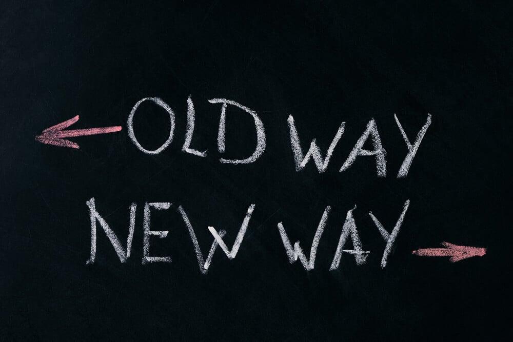 escritas em giz em quadro negro com novo e velho caminho