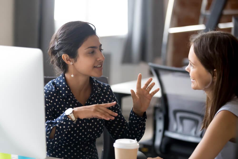 escuta ativa em conversa discontraída entre mulheres profissionais