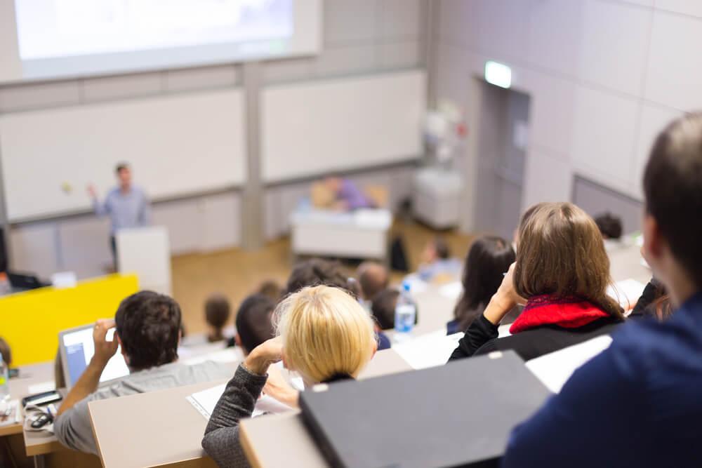 estudantes em meio a aula de universidade de relaçoes publicas