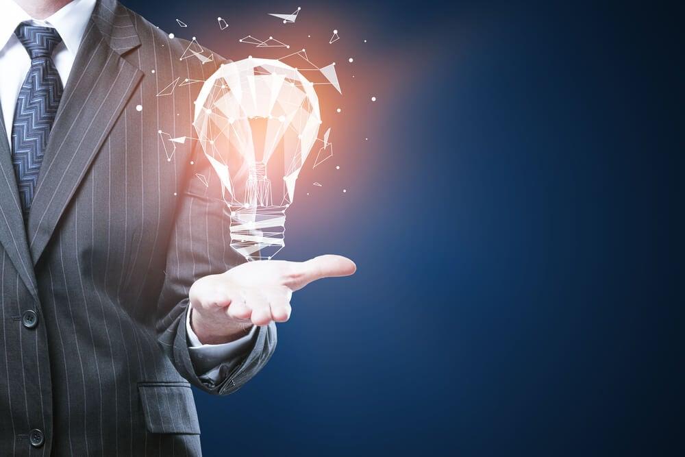 executivo assinalando lâmpada