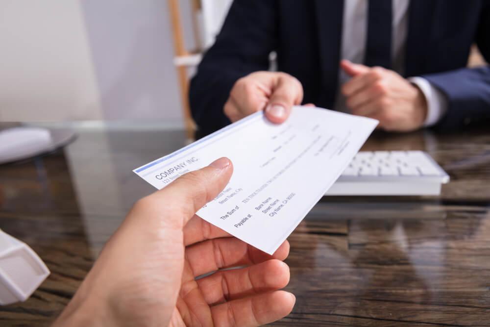 funcionario recebendo seu salario em cheque