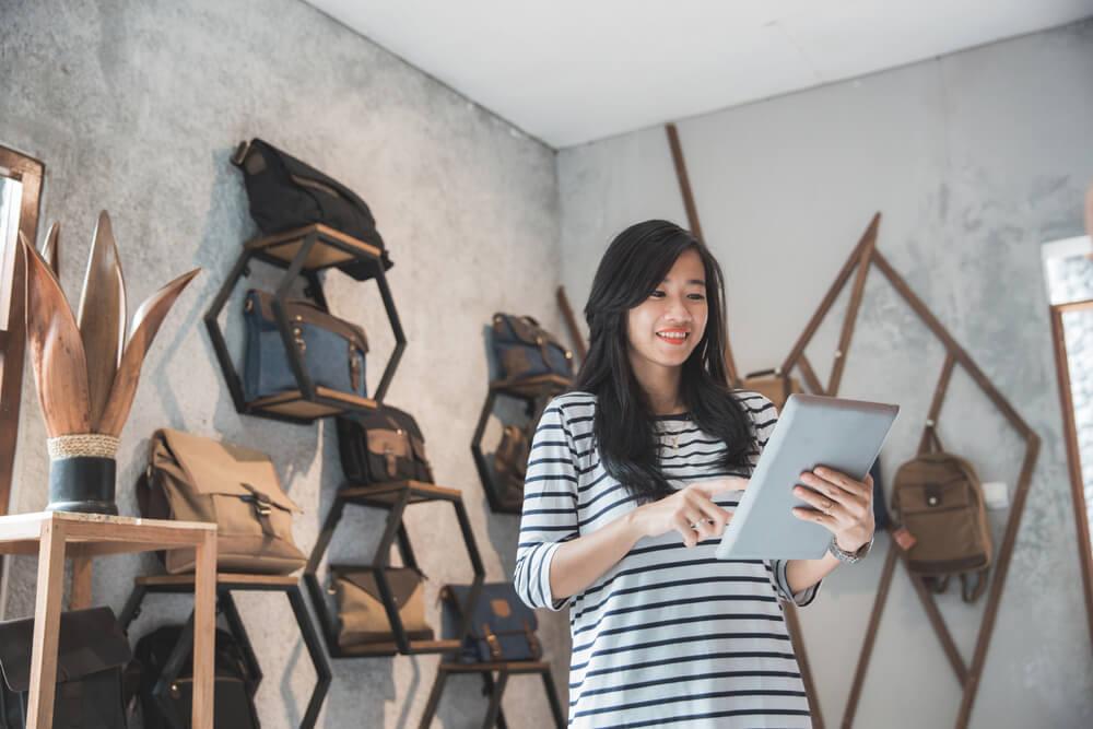 garota acessando tablet em pequeno tipo de empreendedorismo