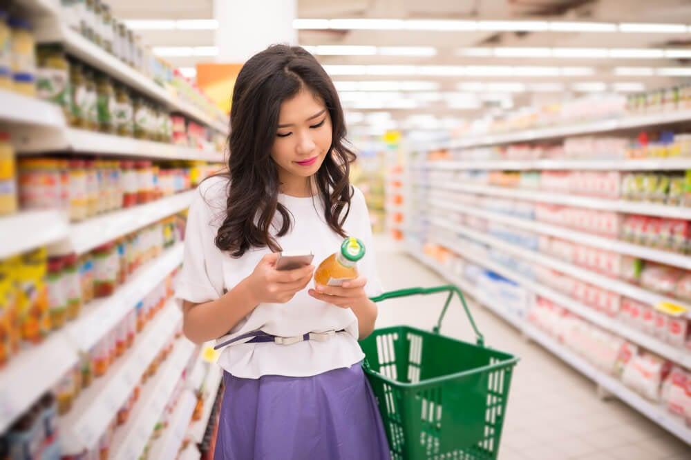 garota em mercado decidindo pelas opções de compra