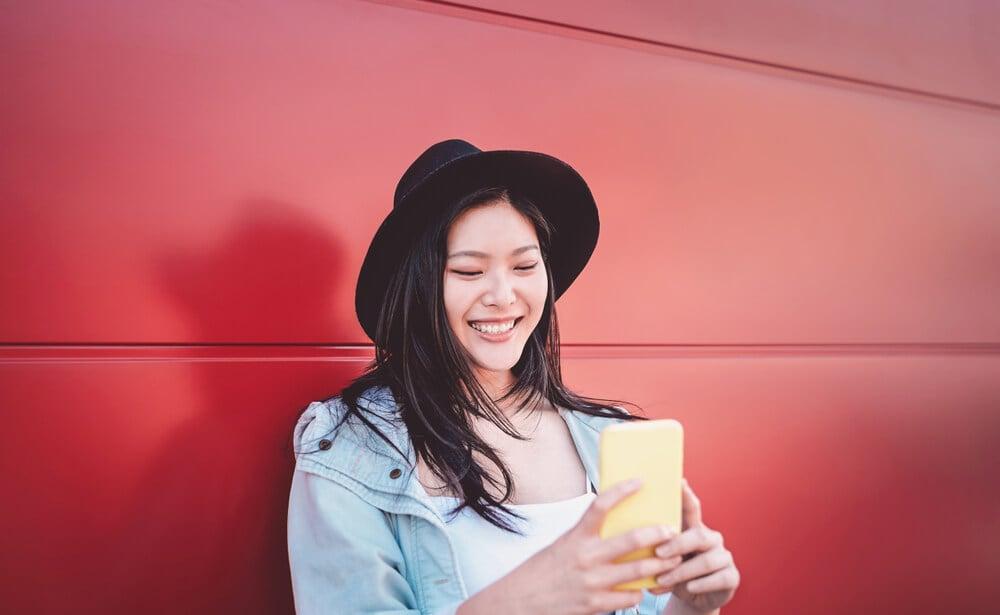 garota sorridente produzindo conteúdo no instagram