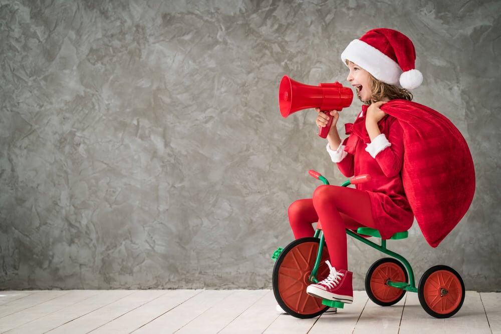 garotinha em bicicleta de brinquedo representando publicidade infantil