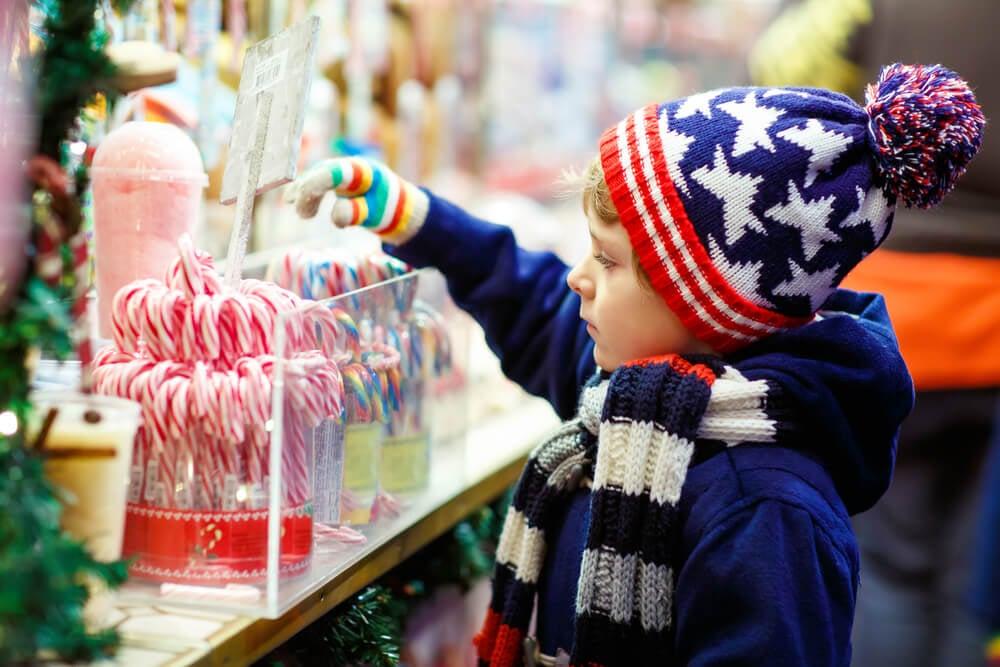 garotinho consumindo doces em loja