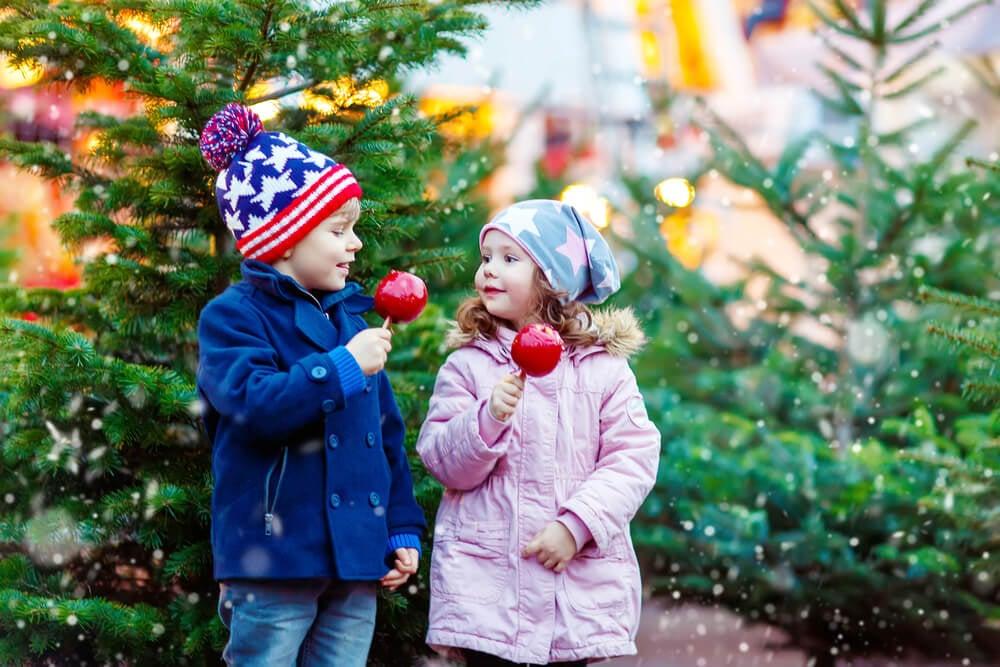 garotinho e garotinha em cenário de natal