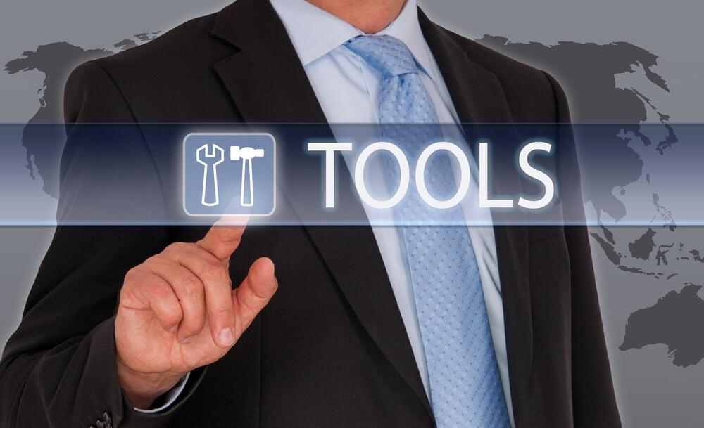 homem assinalando o título ferramentas para gestão