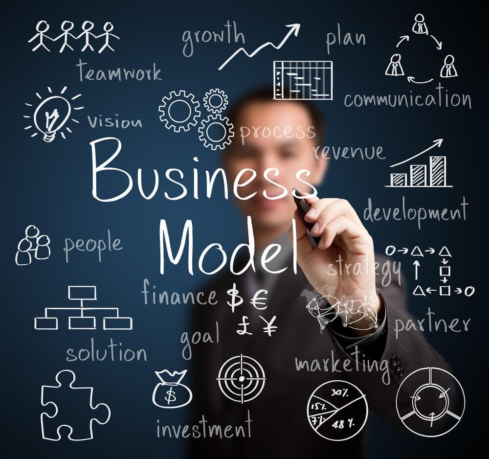 homem com caneta escrevendo título modelo de negócio e termos relacionados