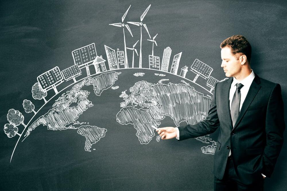 homem executivo assinalando ilustração de planeta terra e sustentabilidade em quadro negro