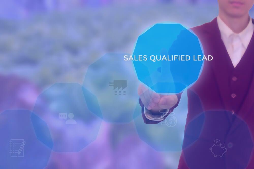 homem executivo assinalando o título Leads qualificados em vendas em inglês