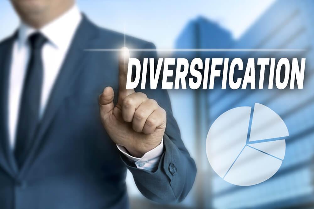 homem executivo assinalando título sobre diversificação de mercado
