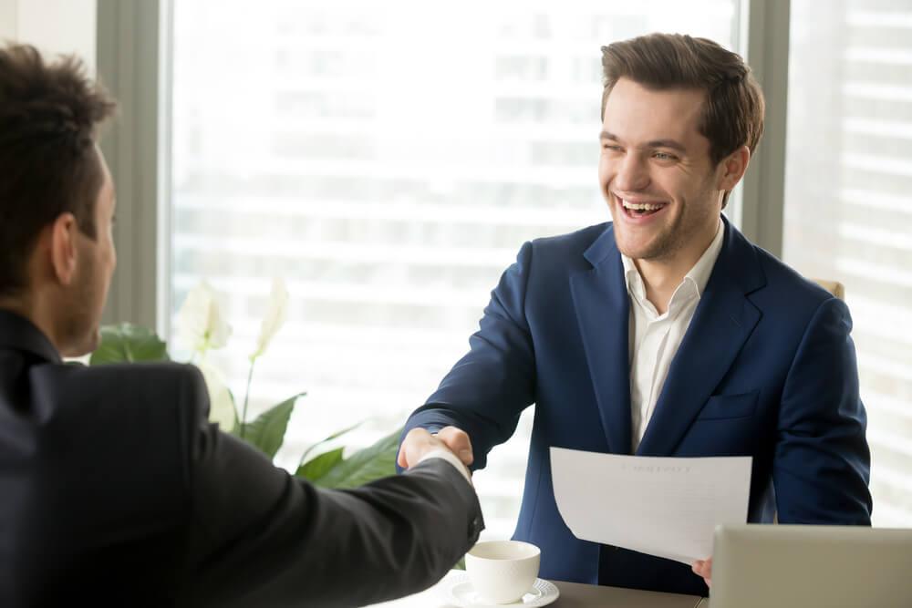 homem executivo cumprimentando cliente fiel