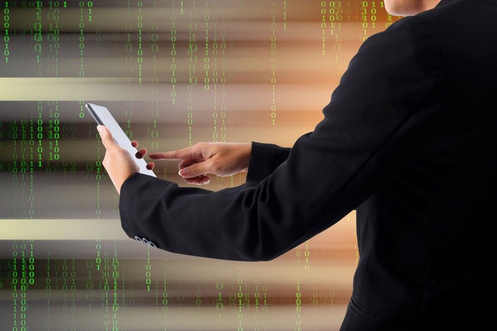 homem executivo mexendo em smartphone com ilustração de dados como fundo