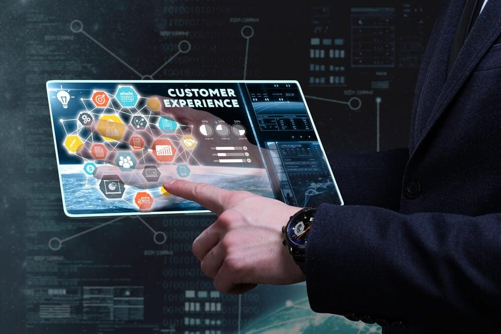 homem executivo segurando dados sobre experiência do cliente