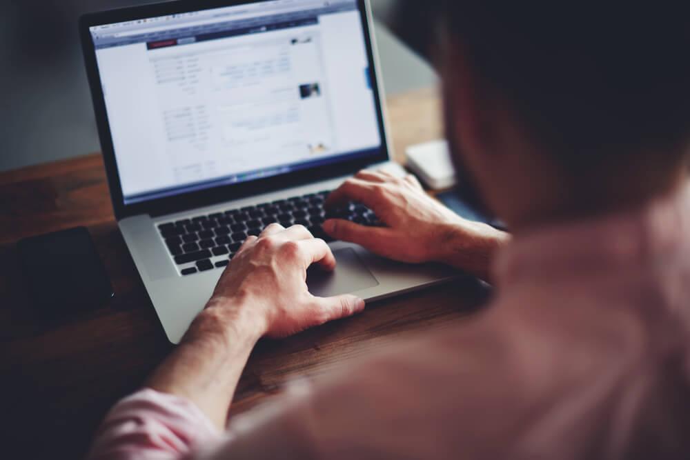 homem navegando em website da internet