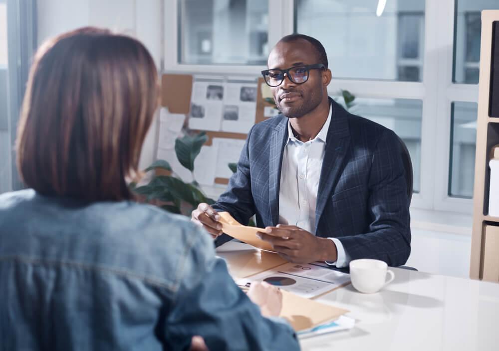 homem praticando escuta ativa concentrado no diálogo com mulher